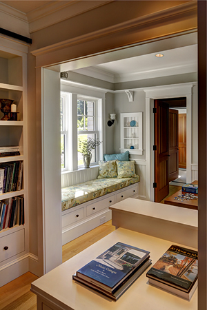 Interior design built in window seat and bookcases in Cushing, Maine home by Phelps Architects.