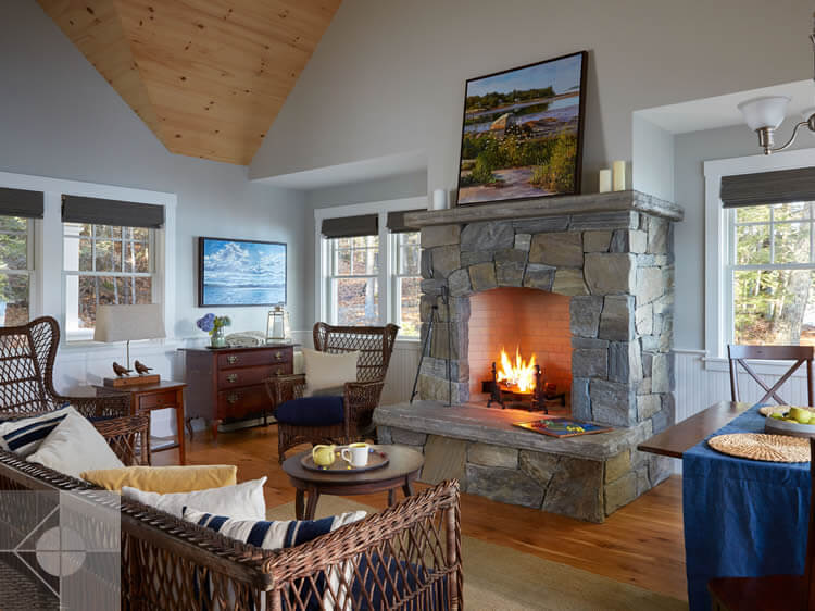 Livingroom in cottage in Edgecomb, Maine by Phelps Architects